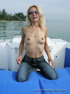 Анна обнажила тощую грудь во время прогулки на катере - фото #2