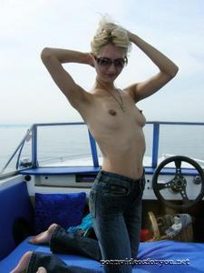 Анна обнажила тощую грудь во время прогулки на катере - фото #5
