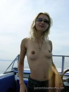 Анна обнажила тощую грудь во время прогулки на катере - фото #8