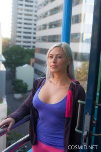 Грудастая блонда оголилась - фото #1