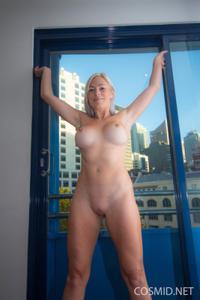 Грудастая блонда оголилась - фото #16
