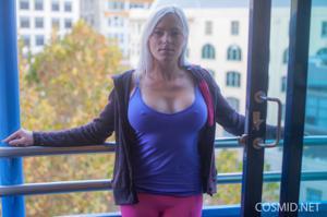 Грудастая блонда оголилась - фото #2