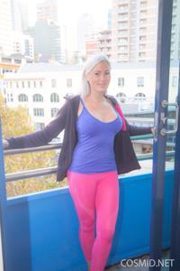Грудастая блонда оголилась - фото #3