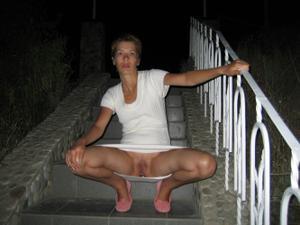 Голые киски под юбками - фото #10