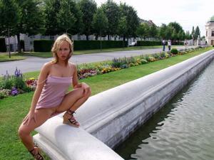Голые киски под юбками - фото #11