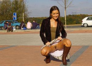 Голые киски под юбками - фото #12