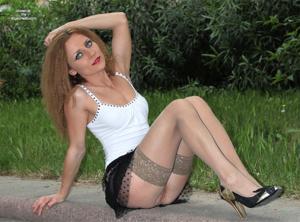 Голые киски под юбками - фото #13