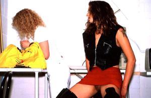 Голые киски под юбками - фото #14