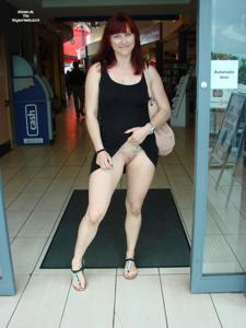 Голые киски под юбками - фото #16