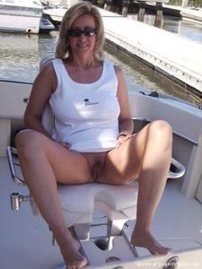 Голые киски под юбками - фото #18