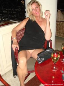 Голые киски под юбками - фото #19