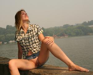 Голые киски под юбками - фото #2