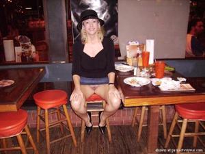 Голые киски под юбками - фото #20