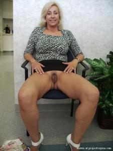 Голые киски под юбками - фото #21