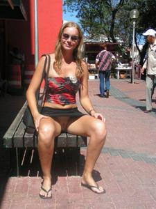 Голые киски под юбками - фото #22