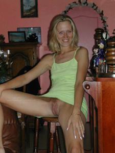 Голые киски под юбками - фото #23