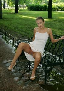 Голые киски под юбками