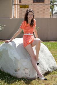 Голые киски под юбками - фото #30