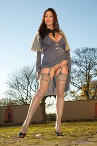 Голые киски под юбками - фото #31