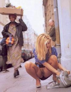 Голые киски под юбками - фото #37
