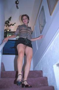 Голые киски под юбками - фото #39