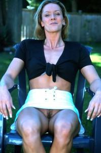 Голые киски под юбками - фото #43