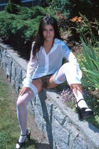 Голые киски под юбками - фото #45