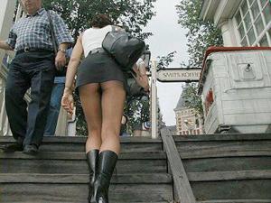 Попки под юбками - фото #33
