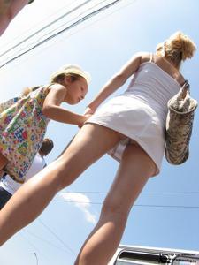 Трусики под юбкой - фото #9