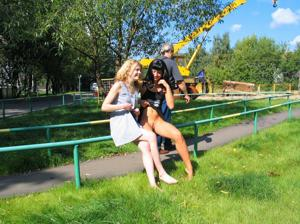 Брюнетка и блондинка публично ласкаются - фото #1