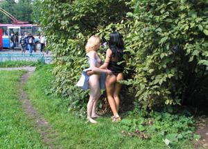 Брюнетка и блондинка публично ласкаются - фото #15