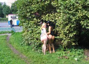 Брюнетка и блондинка публично ласкаются - фото #17