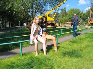 Брюнетка и блондинка публично ласкаются - фото #2