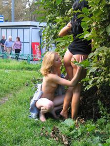 Брюнетка и блондинка публично ласкаются