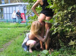 Брюнетка и блондинка публично ласкаются - фото #22