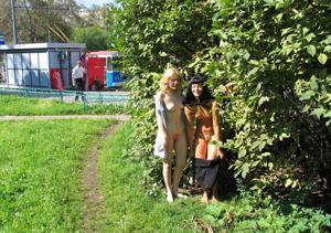 Брюнетка и блондинка публично ласкаются - фото #24