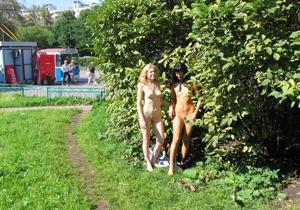 Брюнетка и блондинка публично ласкаются - фото #25