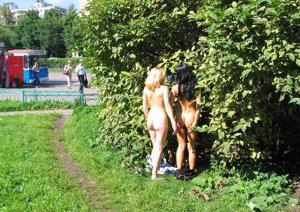 Брюнетка и блондинка публично ласкаются - фото #26