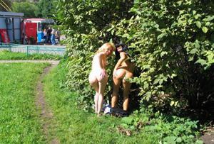 Брюнетка и блондинка публично ласкаются - фото #27