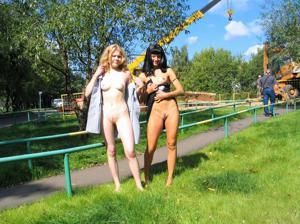 Брюнетка и блондинка публично ласкаются - фото #3