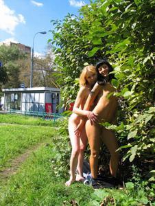 Брюнетка и блондинка публично ласкаются - фото #30