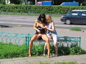Брюнетка и блондинка публично ласкаются - фото #31
