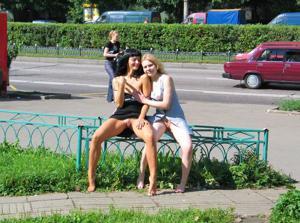 Брюнетка и блондинка публично ласкаются - фото #32