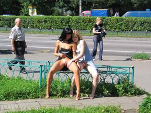 Брюнетка и блондинка публично ласкаются - фото #33