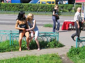 Брюнетка и блондинка публично ласкаются - фото #34