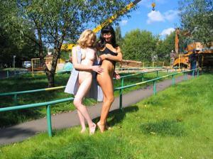 Брюнетка и блондинка публично ласкаются - фото #4