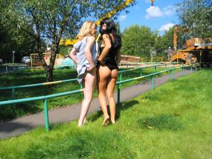 Брюнетка и блондинка публично ласкаются - фото #5