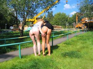 Брюнетка и блондинка публично ласкаются - фото #7