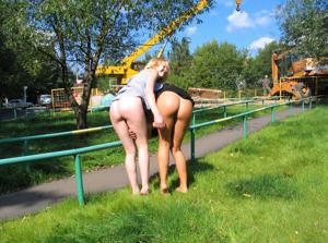 Брюнетка и блондинка публично ласкаются - фото #8