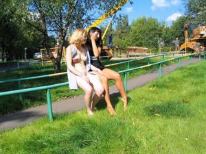 Брюнетка и блондинка публично ласкаются - фото #9